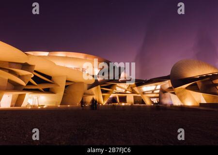 Foto nocturna del Museo Nacional de Qatar, con su llamativo diseño en disco, en Doha, Qatar