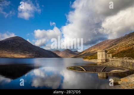 El hermoso embalse Silent Valley, Mourne Mountains, County Down, Irlanda del Norte