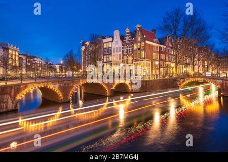 Amsterdam, países Bajos puentes y canales en el crepúsculo.