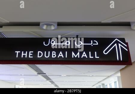 Dubai, EAU - 01 de febrero de 2020: Señal de flecha que señala la dirección al Dubai Mall en el paso elevado peatonal