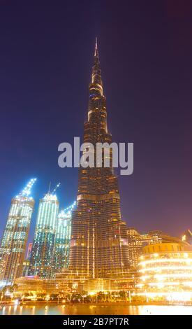 Dubai, EAU - 01 de febrero de 2020: Edificio Burj Khalifa en Dubai por la noche, Emiratos Árabes Unidos