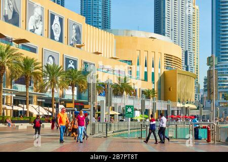 Dubai, EAU - 01 de febrero de 2020: Paseo alrededor de la fuente de Dubai cerca del centro comercial Dubai Mall con turistas caminando, Emiratos Árabes Unidos