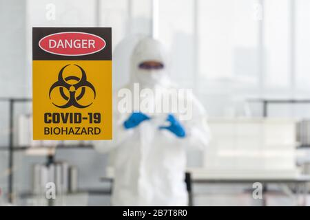 Fotos tomadas a través del cristal de la sala de laboratorio para prevenir la propagación de la investigación de virus.
