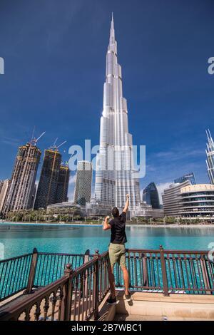 Vista trasera de un joven Disfrute de la vista de Burj Khalifa Foto de stock