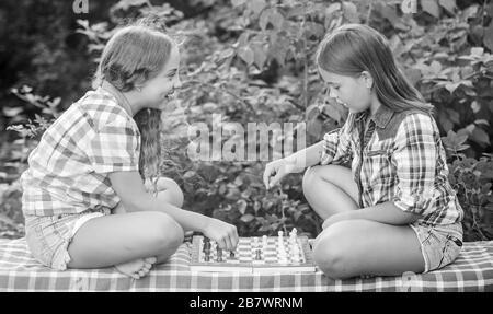 Mi turno. dignos adversarios. Desarrollar habilidades ocultas. Dos niñas concentrado jugar ajedrez. juego de ajedrez hermanas niños calificados. Encienda su cerebro. Hacer que el cerebro funcione. El desarrollo de la primera infancia.