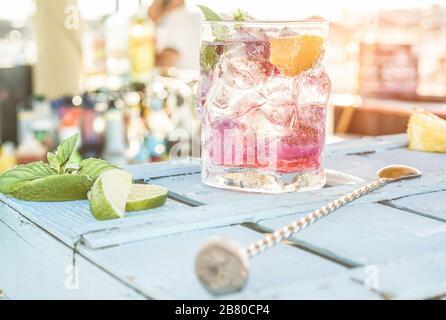 Cóctel de mojito de bayas en barra de madera azul - Tropical, bebidas, fiesta y concepto - centrado en el vidrio