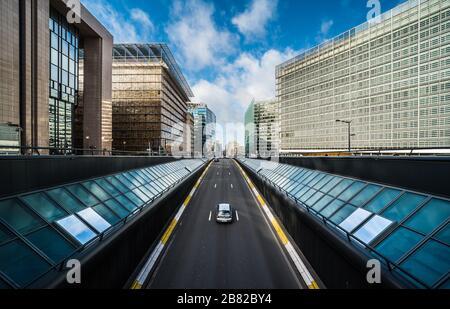 Distrito Europeo de Bruselas, Región Capital de Bruselas / Bélgica - 02 17 2020: Vista del túnel de tráfico en Rue de la loi - Wetstraat