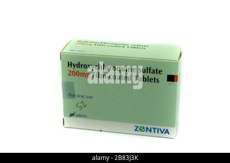 Una caja de tabletas de hidroxicloroquina también conocida como plaquenil aisladas sobre fondo blanco