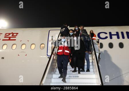 Pekín, Italia. 12 de marzo de 2020. Los miembros de un equipo de ayuda chino llegan al aeropuerto de Fiumicino en Roma, Italia, el 12 de marzo de 2020. Crédito: Cheng Tingting/Xinhua/Alamy Live News