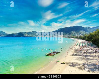 Vista aérea con Drone. Turistas en la playa de Patong en la isla de Phuket, Tailandia. Hermoso paisaje Hat Patong Beach.