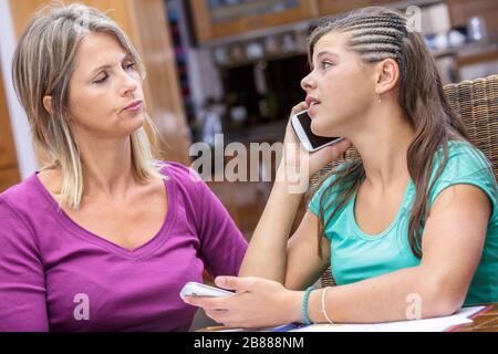 cierre de un conflicto entre una madre y su hija adicto teléfono