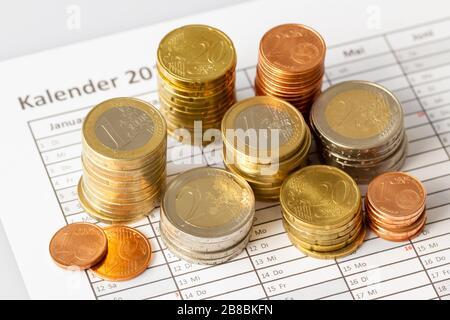 Las monedas de euro en pila en el libro de citas, para el fondo. Alemania