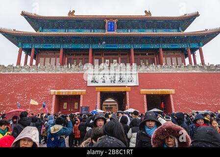 Los turistas frente a Shenwumen - Puerta de la proeza Divina también llamado Puerta de la fuerza Divina - puerta norte de la Ciudad Prohibida en Beijing, China