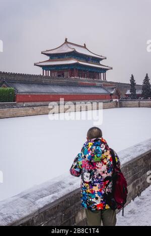 Shenwumen - Puerta de la proeza Divina también llamada Puerta del poder Divino - puerta norte y foso del complejo del palacio de la Ciudad Prohibida en Beijing, China
