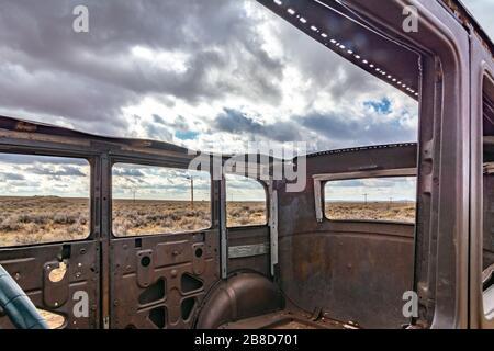 Route 66 Monument y 1932 Studebaker en el Desierto Pintado del Parque Nacional Bosque Petrificado