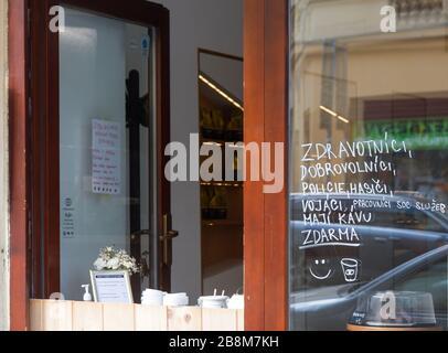 PRAGA-Marzo 20:Vender café para ir durante la epidemia de covid-19 el 20 de marzo de 2020 en Praga, República Checa. Café gratis para paramédicos, voluntarios, cop