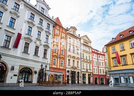 Praga, república Checa - 19 de marzo de 2020. Edificios en la pequeña Plaza 'Male namesti' cerca de la Plaza de la Ciudad Vieja con una fuente renacentista en el medio