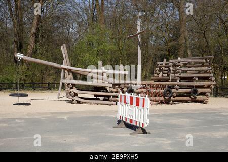 Patio de recreo, barrera, señal de patio cerrado debido al virus de la corona, prohibido entrar, Alemania, Europa