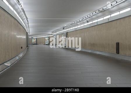 ROMA, ITALIA - 12 de marzo de 2020: Las galerías de metro de Flaminio paran parecen inquietantes sin los habituales viajeros en Roma, Italia. En la pandemia del coronavirus,