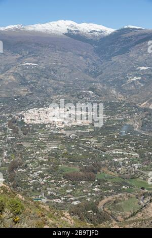 Órgiva en el valle occidental de Alpujarra, bajo las montañas de Sierra Nevada, Andalucía