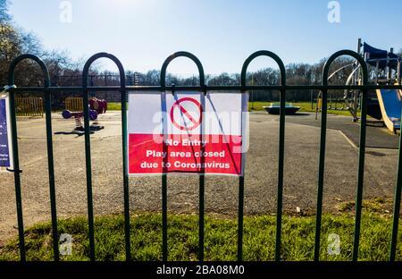 Cierre: Firme en las barandillas de un parque infantil para niños en un parque: Sin entrada; área de juegos cerrada debido a Coronavirus: St John's Lye, Woking, Surrey