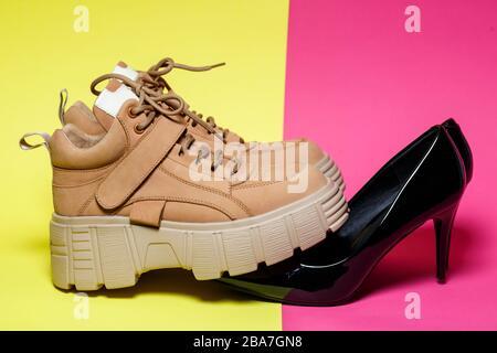Zapatos modernos para mujer. Zapatos grandes de cuero marrón y zapatos de cuero negro brillante.