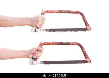 Mano sujetando viejo arco oxidado sierra aislada sobre fondo blanco con trazado de recorte.