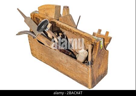 Caja de herramientas de WoodenTool Vintage llena de herramientas de carpintería. Aislado sobre fondo blanco.