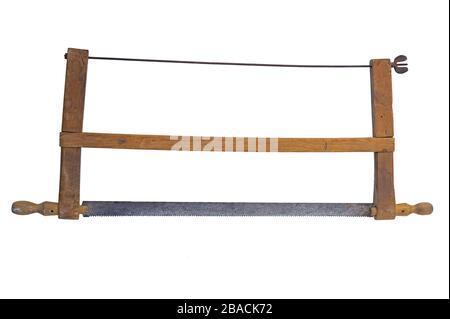 Sierra de arco hecha en casa. Aislado sobre fondo blanco.