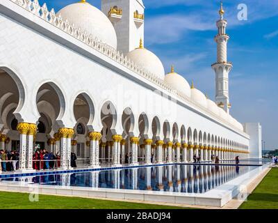 Abu Dhabi, Emiratos Árabes Unidos - 3 de enero de 2020: Piscina de reflexión a lo largo de la entrada exterior de la mezquita Sheikh Zayed