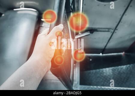Agarrar el pasamanos sucio en el autobús de transporte público de Tailandia, riesgo de contaminación con gérmenes virus bacterias y patógenos.
