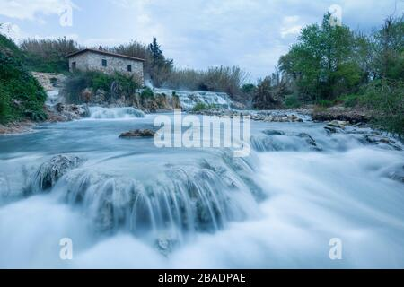 Cascate del Mulino (Cascada de Molino), Saturnia geotérmica primavera, Saturnia, Grosseto, Toscana, Italia, Europa Foto de stock