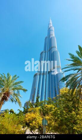 Dubai, EAU - 01 de febrero de 2020: Edificio Burj Khalifa en Dubai y parque cercano