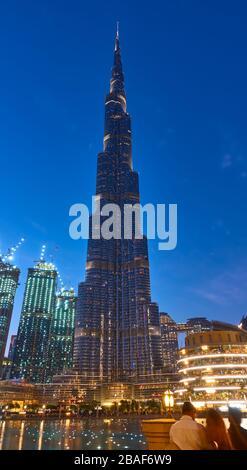 Dubai, Emiratos Árabes Unidos - 01 de febrero de 2020: El Burj Khalifa en Dubai por la noche, Emiratos Árabes Unidos