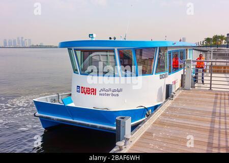 Dubai, Emiratos Árabes Unidos - 01 de febrero de 2020: Autobús acuático en Dubai Creek, Emiratos Árabes Unidos