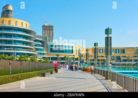 Dubai, Emiratos Árabes Unidos - 01 de febrero de 2020: Paseo alrededor de la Fuente de Dubai cerca del Dubai Mall, Emiratos Árabes Unidos