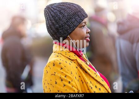 Mujer afro americana en un área urbana de la ciudad Foto de stock
