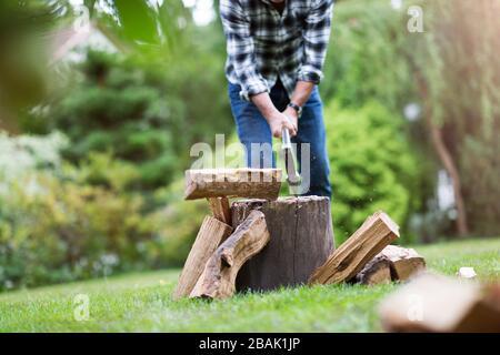 Hombre maduro trabajando en el jardín