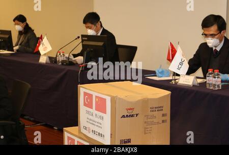 """Estambul. 28 de marzo de 2020. La sucursal turca del Banco Industrial y Comercial de China (ICBC) anuncia que donará suministros médicos y dinero en efectivo para apoyar a Turquía en su lucha contra COVID-19 el 27 de marzo de 2020. PARA IR CON """"banco chino para donar dinero en efectivo, suministros médicos en apoyo de los esfuerzos anti-coronavirus de Turquía"""" crédito: Xinhua/Alamy Live News"""