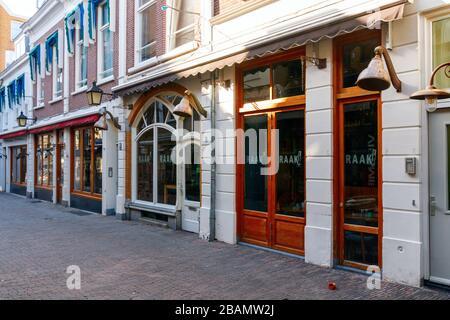 Bares y restaurantes en una desierta Drieharingstraat. Todos los bares y restaurantes están cerrados debido a la pandemia del COVID-19. Utrecht, países Bajos. Foto de stock