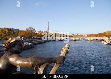 Torre Eiffel y río Sena visto en un soleado día de otoño desde el puente Alexander III, cielo azul París