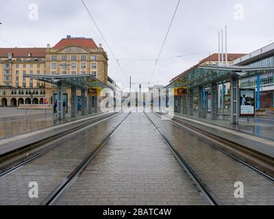 Dresden Altmarkt Tram Haltestelle DVB während Coronavirus Lockdown COVID-19 Ausgangssperre im Regen