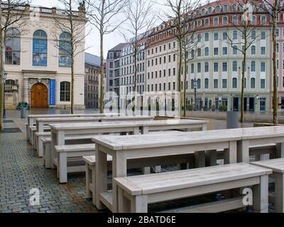 Dresden Neumarkt während Coronavirus Lockdown und Regenwetter Gastronomie restaurantes COVID-19 Ausgangssperre