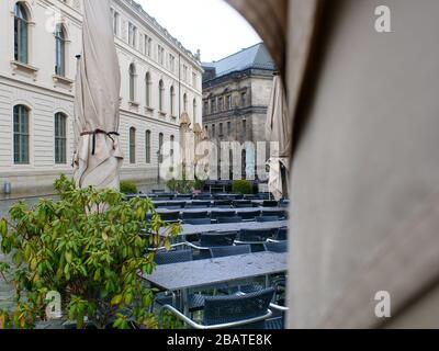 Leere Tische und Stühle en Dresden wegen Coronavirus Lockdown COVID-19 leeres Restaurante Gastronomie