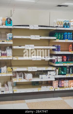 Las estanterías vacías de los supermercados debido a que los consumidores se asustan comprando durante el brote de Coronavirus en el Reino Unido