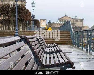 Leere Parkbänke auf der Brühlschen Terrasse en Dresden während Coronavirus Lockdown und Regen historiche Altstadt Regenwetter Brühl-Terrasse