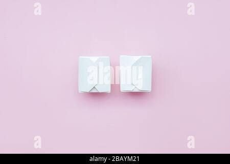 dos cajas de papel blanco comida para llevar sobre fondo rosa caja de papel blanco con ruta de recorte Foto de stock