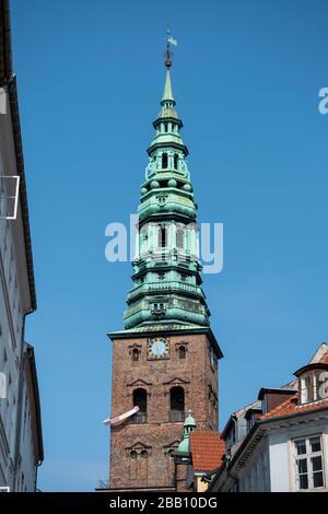 """Antigua torre de la iglesia de San Nicolás con el anillo rosa """"cosas para una torre simétrica"""" de arte en el Centro de Arte Contemporáneo Nikolaj en Copenhague, Dinamarca"""