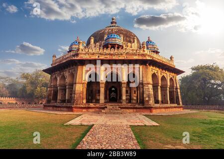 Mausoleo de ISA Khan en el complejo Tumba de Humayun en Delhi, India.