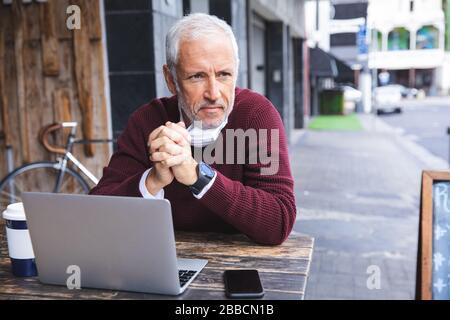 Hombre de mediana edad con mascarilla de coronavirus Covid 19 en movimiento